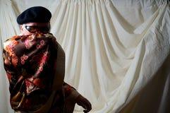 Uomo che si nasconde dietro il kimono Fotografia Stock Libera da Diritti