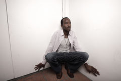 Uomo che si nasconde nell'angolo Fotografie Stock Libere da Diritti