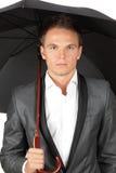 Uomo che si nasconde sotto l'ombrello Fotografia Stock