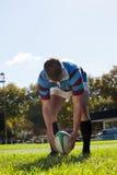 Uomo che si prepara per dare dei calci alla palla per lo scopo Fotografia Stock Libera da Diritti