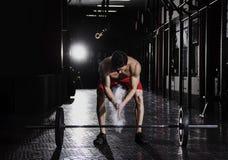 Uomo che si prepara per l'addestramento del crossfit primo piano del sollevatore pesi Fotografie Stock