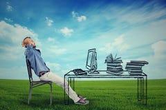 Uomo che si rilassa al suo scrittorio all'aperto Immagini Stock