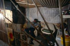 Uomo che si rilassa all'interno, il Sudafrica Immagini Stock Libere da Diritti