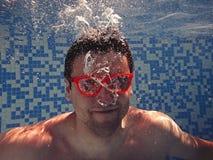 Uomo che si rilassa sotto l'acqua Fotografia Stock Libera da Diritti