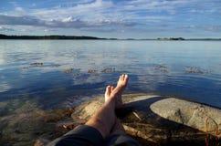 Uomo che si rilassa sulla roccia Fotografia Stock Libera da Diritti