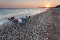 Uomo che si rilassa sulla spiaggia immagine stock