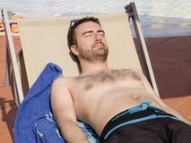 Uomo che si rilassa in una piscina Fotografie Stock