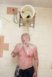 Uomo che si rinfresca acqua dal canestro Fotografia Stock Libera da Diritti