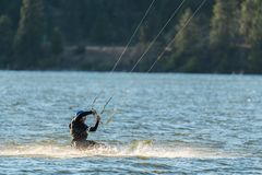 Uomo che si schianta nel fiume mentre praticando il surfing immagine stock