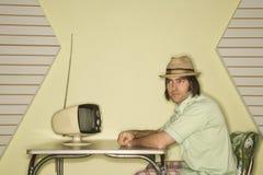 Uomo che si siede alla tabella. Fotografia Stock Libera da Diritti