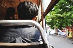 Uomo che si siede in bus che guida per lavorare immagine stock libera da diritti