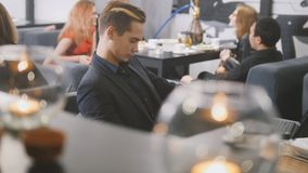 Uomo che si siede in caffè con caffè Fotografie Stock