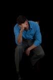 Seduta depressa dell'uomo Immagine Stock