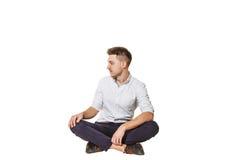Uomo che si siede e che guarda da parte Fotografie Stock Libere da Diritti