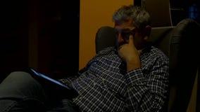 Uomo che si siede osservando compressa la notte 4K archivi video