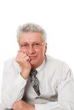 Uomo che si siede pensively contro un bianco Immagine Stock Libera da Diritti