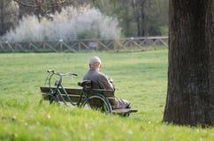 Uomo che si siede su un banco Fotografia Stock Libera da Diritti