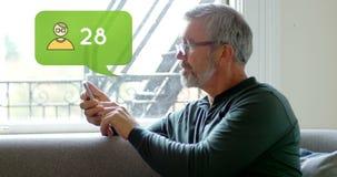 Uomo che si siede su uno strato mentre scrivendo sul suo telefono 4k stock footage
