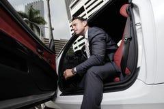 Uomo che si siede in sua automobile Fotografia Stock Libera da Diritti