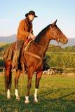 Uomo che si siede sul suo cavallo Fotografia Stock