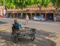Uomo che si siede sul suo triciclo Immagine Stock