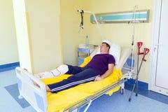 Uomo che si trova nell'ospedale dopo la chirurgia Fotografie Stock