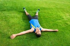 Uomo che si trova sull'erba Immagine Stock Libera da Diritti