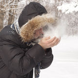 Uomo che soffia sulla neve Fotografia Stock