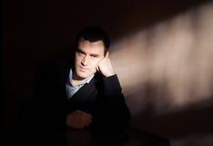 Uomo che soffre da una depressione severa Fotografie Stock Libere da Diritti