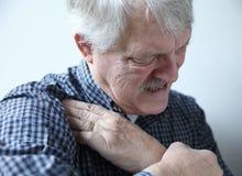 Uomo che soffre dai dolori della spalla Immagine Stock Libera da Diritti