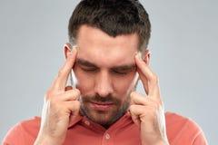 Uomo che soffre dal dolore capo o dal pensiero Fotografia Stock Libera da Diritti