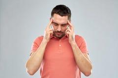 Uomo che soffre dal dolore capo o dal pensiero Fotografie Stock Libere da Diritti