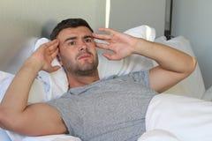 Uomo che soffre dal dolore a letto immagine stock libera da diritti