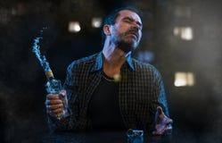 Uomo che soffre dall'alcolismo Fotografie Stock
