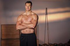 Uomo che sorride al camara dopo l'allenamento di forma fisica Fotografie Stock Libere da Diritti