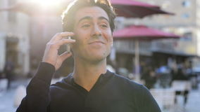 Uomo che sorride al telefono stock footage