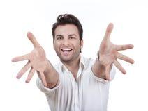 Uomo che sorride, braccia outstretched Fotografia Stock