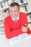 Uomo che sorride con il libro Fotografie Stock