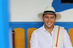 Uomo che sorride nella casa coloniale tipica fotografia stock libera da diritti