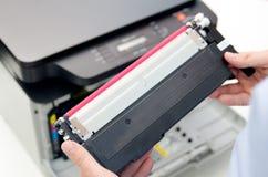 Uomo che sostituisce toner in stampante a laser Fotografie Stock