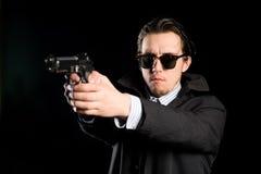 Uomo che spara una pistola Fotografia Stock