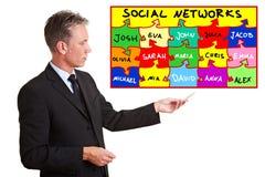 Uomo che spiega le reti sociali immagini stock libere da diritti