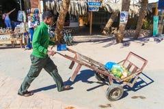 Uomo che spinge carrello Fotografia Stock Libera da Diritti