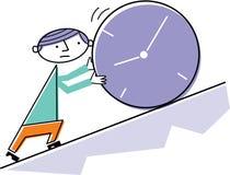 Uomo che spinge orologio in salita Fotografie Stock Libere da Diritti
