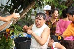 Uomo che spruzza nel festival di Songkran. fotografie stock libere da diritti