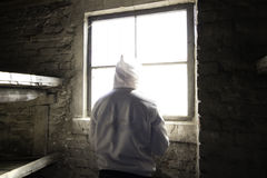 Uomo che sta davanti alla finestra in una cabina Fotografia Stock Libera da Diritti