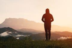 Uomo che sta esaminante il Monte Kinabalu su alba fotografia stock