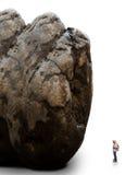 Uomo che sta nella fonte tipografica della montagna della roccia Fotografie Stock
