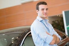 Uomo che sta vicino ad un'automobile fotografie stock libere da diritti