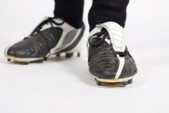 Uomo che stannding in morsetti con esperienza di calcio fotografia stock